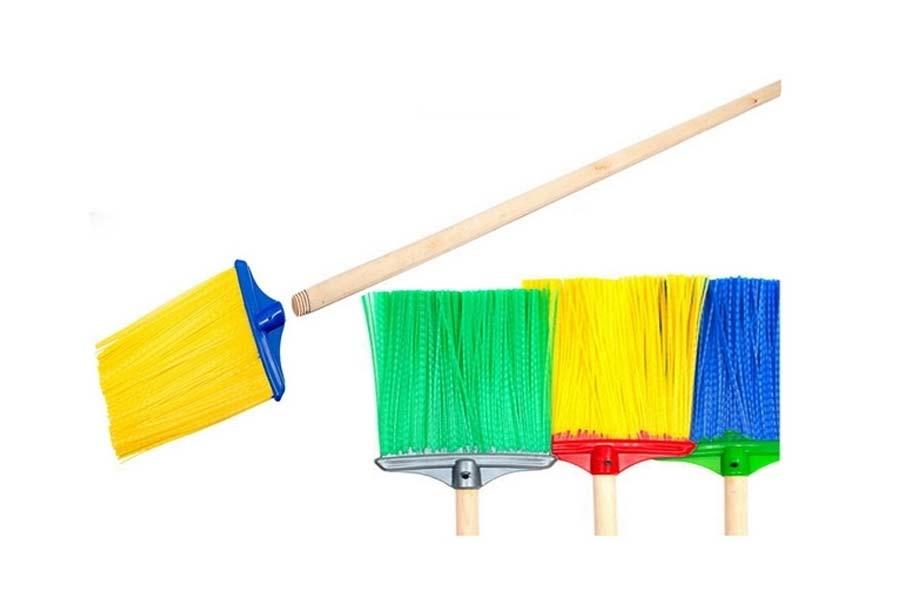 Как выбрать метлу для уборки дачного участка?